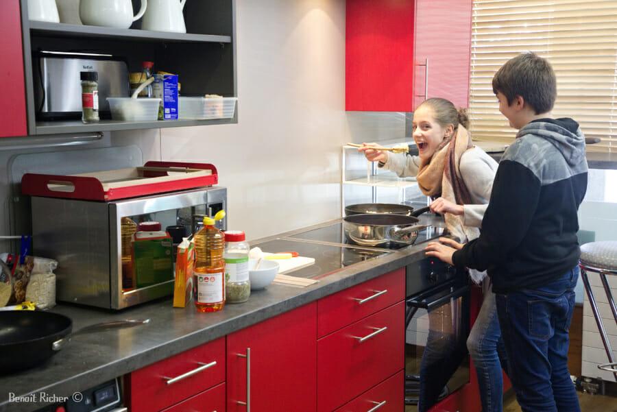 Faire la cuisine au Petit Baroudeur